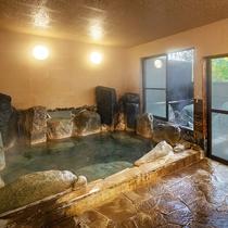 【大浴場】3つの効能が入り混じった源泉かけ流し100%の温泉。その日によって、色が変化するんです♪