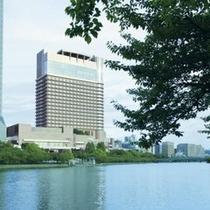 ◆夏/帝国ホテル大阪は緑に囲まれランニングや散歩に適した環境です。