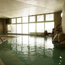 かけ流しの温泉大浴場
