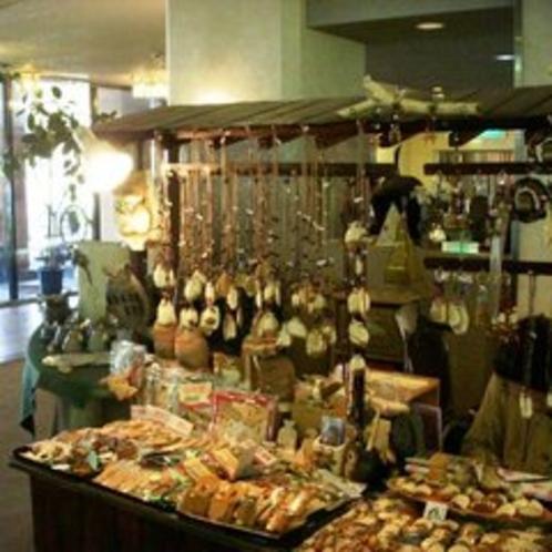 売店の木彫り商品コーナー