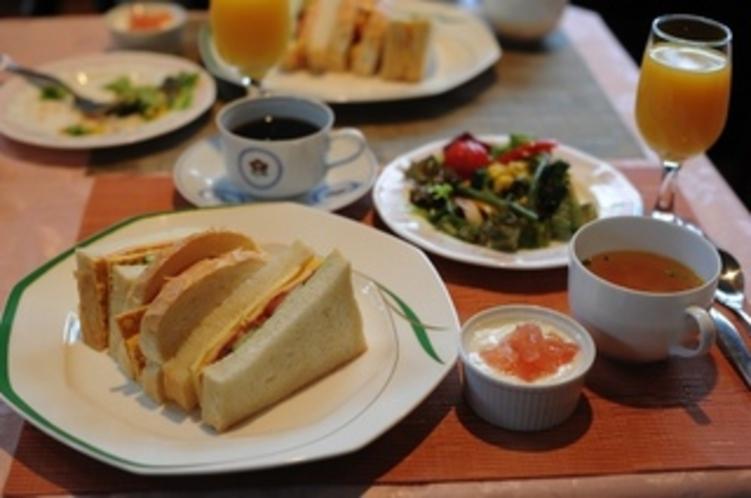 朝食例・・サンドイッチ・サラダ・野菜スープ・ヨーグルト