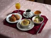 朝食例・・グラタン料理・スープ・フルーツサラダ・ロールパン