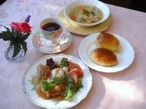 朝食例・・信州野菜をたっぷり使った、スープと温泉卵・生ハム添えグリーンサラダ