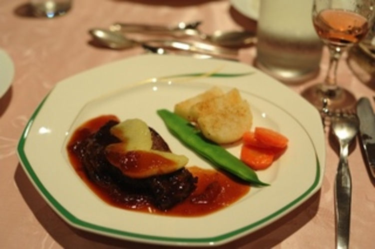 肉料理例。・・和牛ステーキの和風ソースリンゴ添え