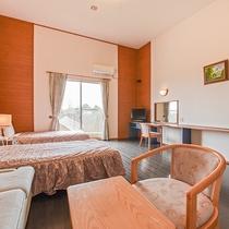 *【洋室一例】明るい雰囲気の洋室。ベッドで寛ぎながらお過ごしください。