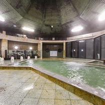 *【大浴場・男湯】広々とした大浴場。源泉かけ流しの温泉をお楽しみください。