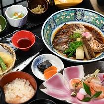 *【夕食会席一例】季節にあわせた料理が並びます。