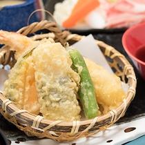 *【夕食一例】さくさくの天ぷらをどうぞ。(季節により内容は異なります。)