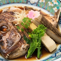 *【夕食一例】鯛のあら煮。旬の食材をご用意した会席となります。