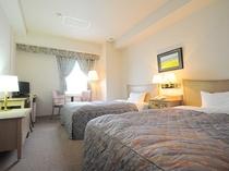 【ツイン】ゆったりサイズの明るいツインベッドルームです。
