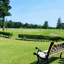 【ゴルフ】壮大なゴルフ場を目の前にベンチでひと休み・・・