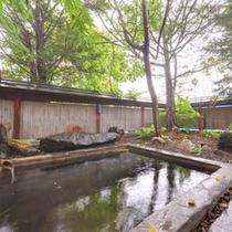 *露天風呂(男湯)/温かい湯船に浸かりながら、自然のぬくもりに心癒されるひと時。