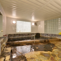 *女湯/こんこんと湧き出る温泉は源泉掛け流し100%天然温泉。温かい湯船に浸かり癒しのひと時を。