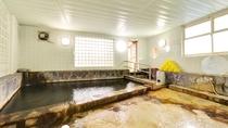 *男湯/こんこんと湧き出る温泉は源泉掛け流し100%天然温泉。温かい湯船に浸かり癒しのひと時を。