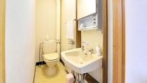 *和室8畳トイレ付(客室一例)/簡素ではございますが、お部屋にトイレを完備いたしております。