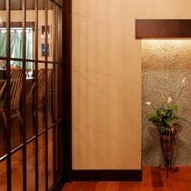 *玄関/和の情緒あふれる落ち着いた雰囲気の館内です。
