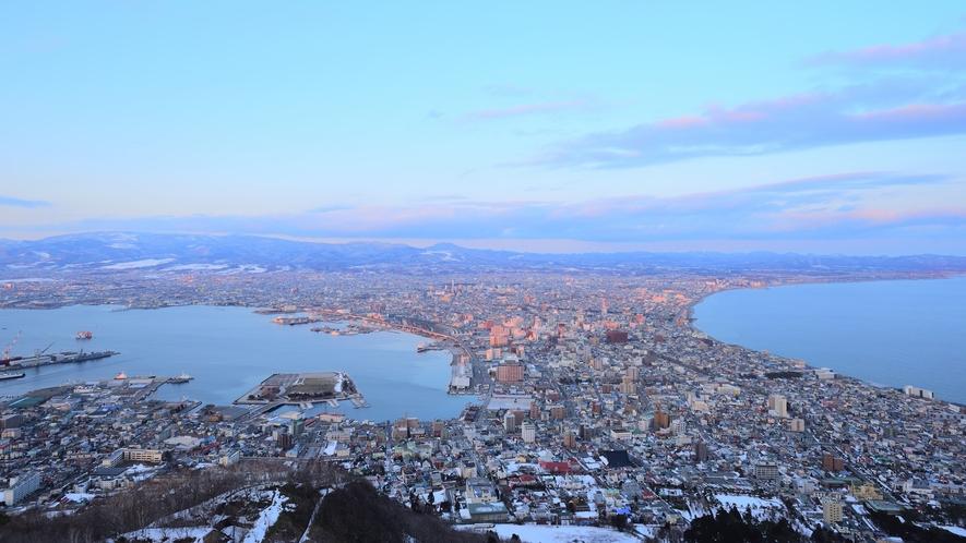 *周辺観光/函館山からの夕暮れ時。ロープーウェイで山頂まで登ることができます。