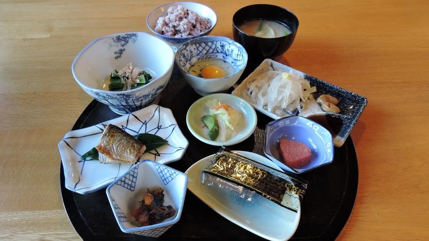 """*朝食一例/朝獲れ""""活きイカ刺し""""や珍しいイカのお味噌汁や小鉢。純和風の定食膳です。"""