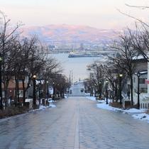 *周辺観光/有名な八幡坂。市電で目の前まで行けます。