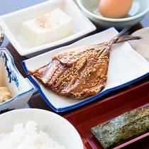 *【朝食一例】身がふっくらした一夜干しの開きはご飯にもピッタリ!