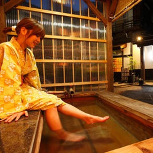 渡月庵玄関前の足湯
