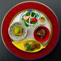 前菜(苺と白魚のサラダ ホタルイカとウルイの黄味酢和え・うぐいす豆腐・穴子寿司とべっ甲生姜)