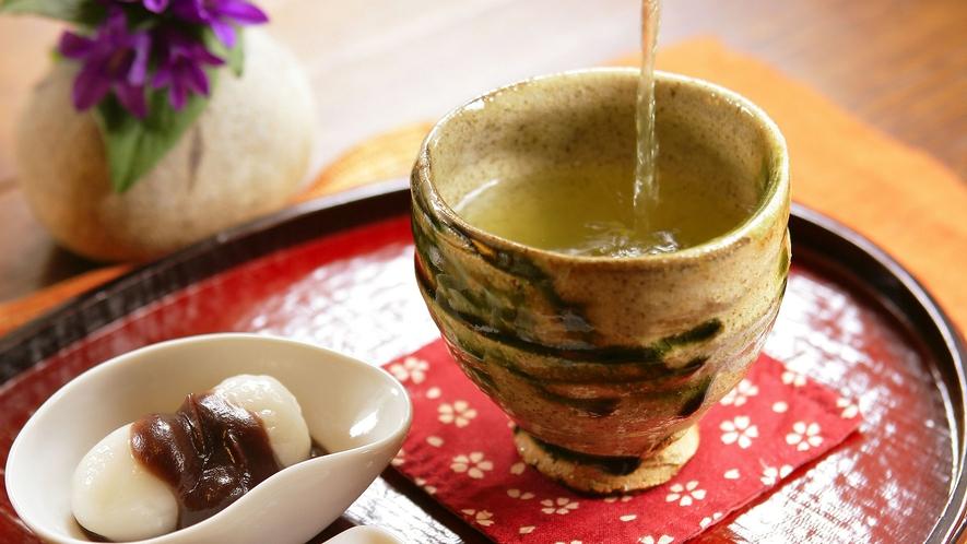 「お茶と季節のお菓子」でご一服ください。