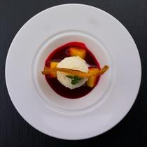 春の献立 自家製ラズベリーソース バニラアイス さつま芋チップ マンゴー