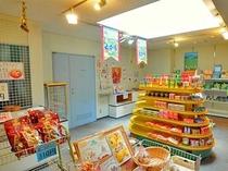 【売店】お土産からお菓子まで、多数の品物を取り揃えております。