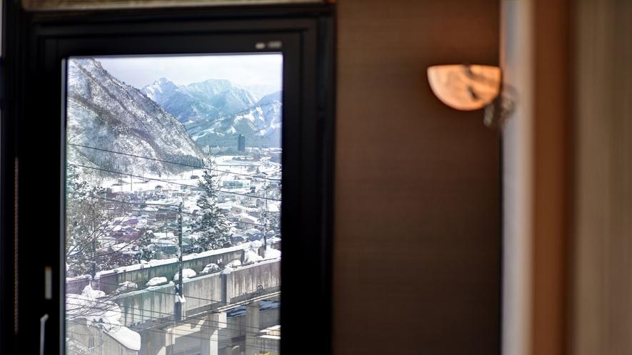 *湯ノ坂館・露天風呂付客室「湯香」/露天風呂からは景色を一望できます。
