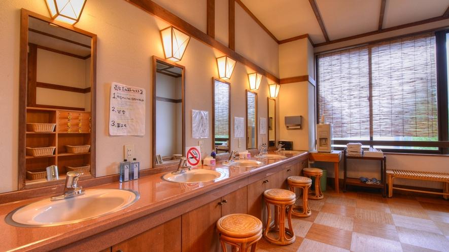 *【大浴場/脱衣場】涼むスペースもしっかり取っているので、湯上がりも快適!
