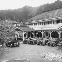 大正時代 本館前に並ぶフォード車