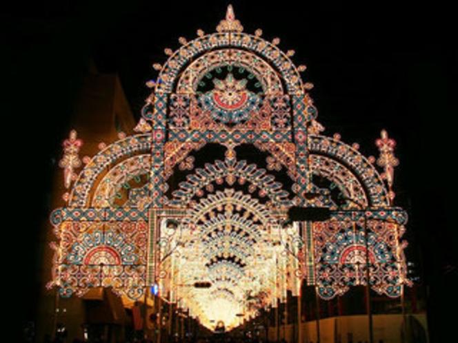 【ルミナリエ】阪神・淡路大震災犠牲者の鎮魂の意を込めるために始まり、毎年12月に行われています。