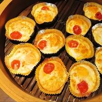 卵のココット:卵をオーブンで焼いた朝ごはんにぴったりな一品。彩りにミニトマトも一緒にグリルしました。