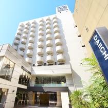 外観:JR三ノ宮駅から徒歩7分の「東門街」に立ち、観光・ビジネスに便利な立地