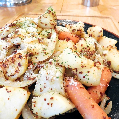 ジャーマンポテト:ポテトはほくほく、玉ねぎとウインナーがしっかり絡み合って最高の組み合わせ。
