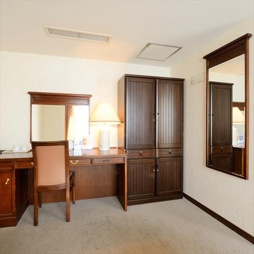 スイートルーム鏡台:ゴージャスなつくりの鏡台。優雅な気分でメイクを楽しんで下さい。