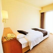 シングルルーム:神戸の繁華街にありながら、緑に囲まれ静かで快適なホテルです。