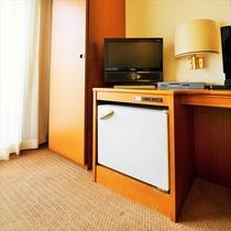 シングルルームテレビ:TVも19型インチをそなえ、冷蔵庫もお部屋に完備。