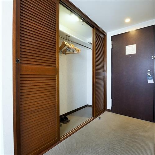 スイートルーム収納:スイートルームはご家族でも広々の収納を設置しています。