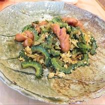 ゴーヤチャンプルー:栄養価の高いゴーヤの苦みと卵がからんだ絶妙なおいしさ。ごはんが進む一品です。