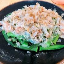 おくらのお浸し:オクラを茹でて、お出汁に浸した健康にも配慮した一品。