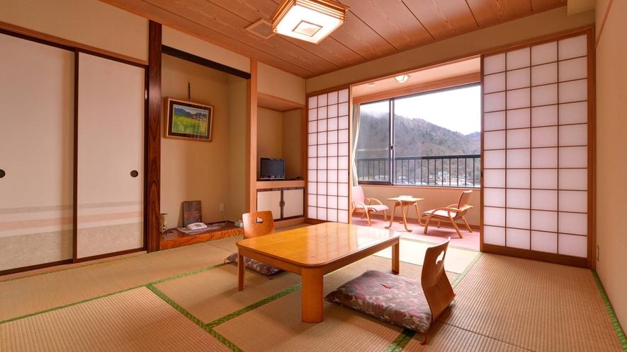 *新館和室8畳/日本百景「中禅寺湖」を望む部屋。まだから入る心地よい風に癒されて。