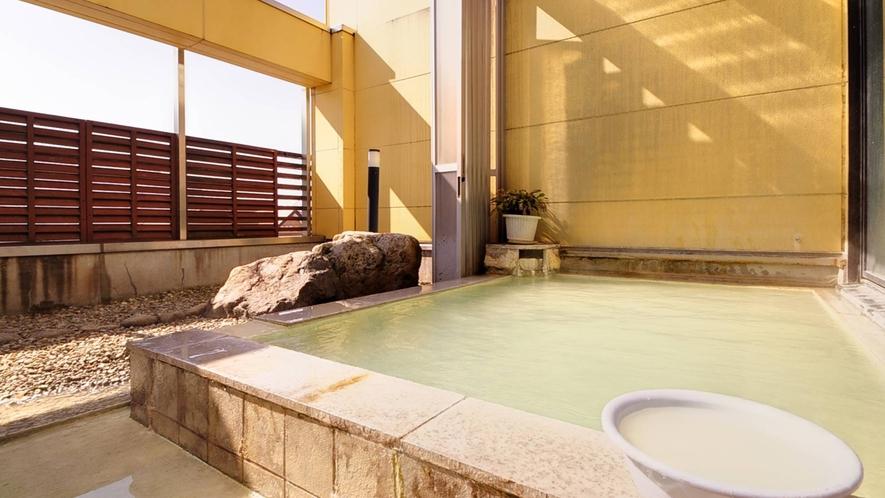 *露天風呂/本物の温泉。源泉100%掛け流し。日和によってエメラルド色に湯が輝きます。