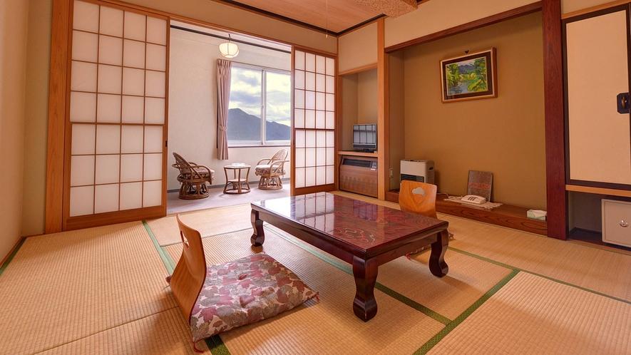 *本館和室8畳/純和風の落ち着きある和室のお部屋。窓から望む中禅寺湖の絶景をご堪能下さい