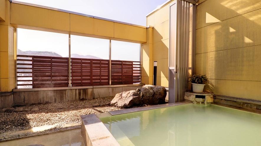 *露天風呂/源泉100%掛け流しの本物の硫黄泉。日和によってエメラルド色に湯が輝きます。