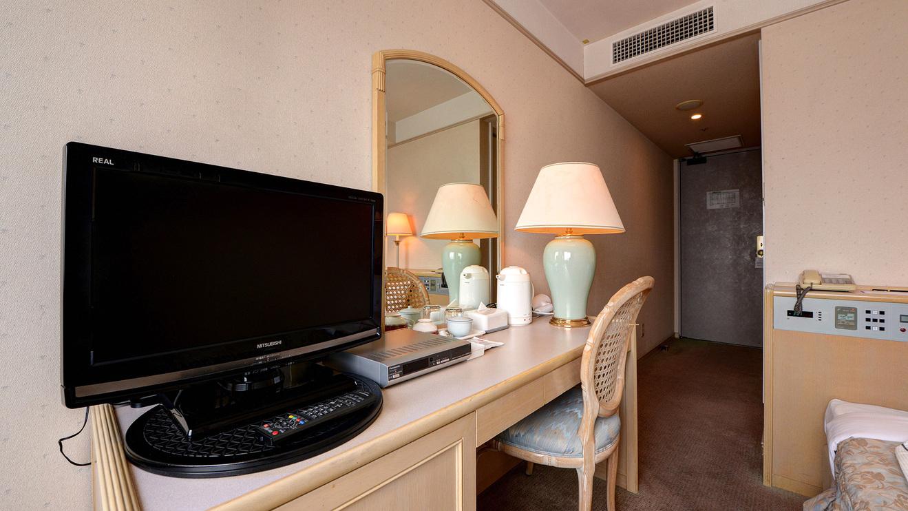 *シングルルーム(15m2)/wi-fi完備、テレビ、冷蔵庫、ドライヤー等各お部屋にございます。