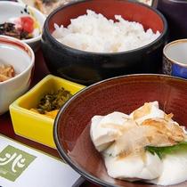 *朝食(和食/一例)/夏には鮭や冷奴など身体に優しいメニューをお召し上がりいただきます。