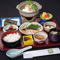 *朝食(和食/一例)/冬には湯豆腐や焼き鮭を。バランスの取れた朝食です。