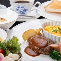 *朝食(洋食/一例)/ふわふわ卵やハンバーグなど。ホテルモーニングをお楽しみください。